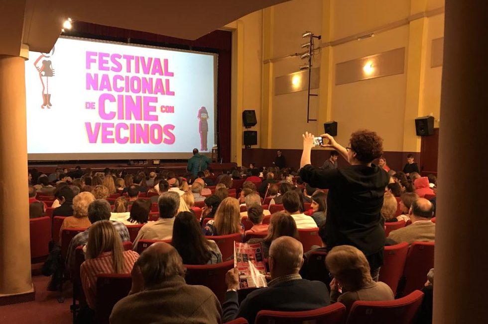 Cierre del 15º Festival Cine con Vecinos a sala llena y con el preestreno de «Hojas verdes de otoño»